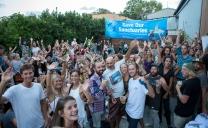 Hundreds of people turn up for the Byron screening ©James Sherwood - Bluebottle Films